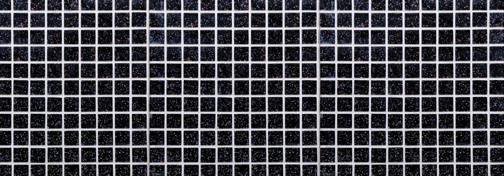 פסיפס זכוכית שחור פסים by Milstone